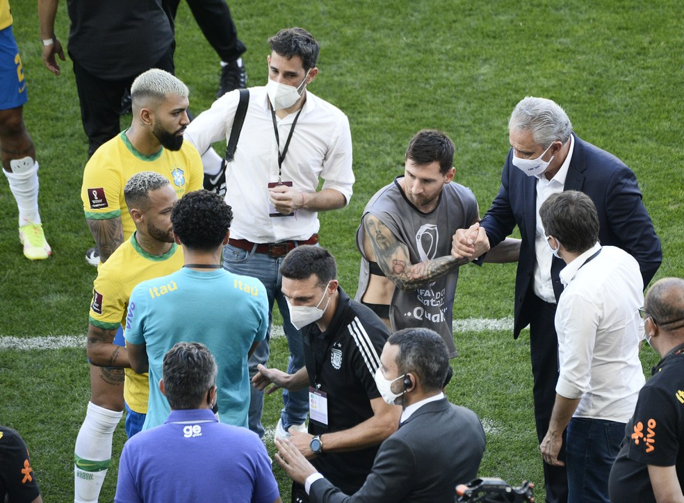 Neymar, Messi, Scaloni e Tite conversam após a interrupção — Foto: Marcos Ribolli