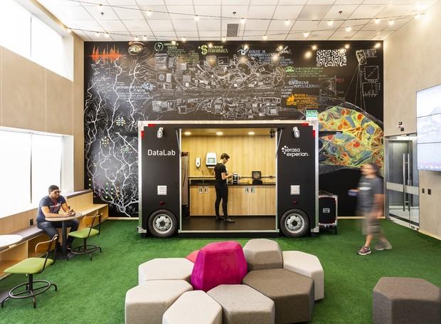 Até a área do café foge do lugar-comum: a bancada fica em um food-truck, que pode ser levado de um lugar ao outro do escritório (Foto: Ricardo Bassetti/Divulgação)