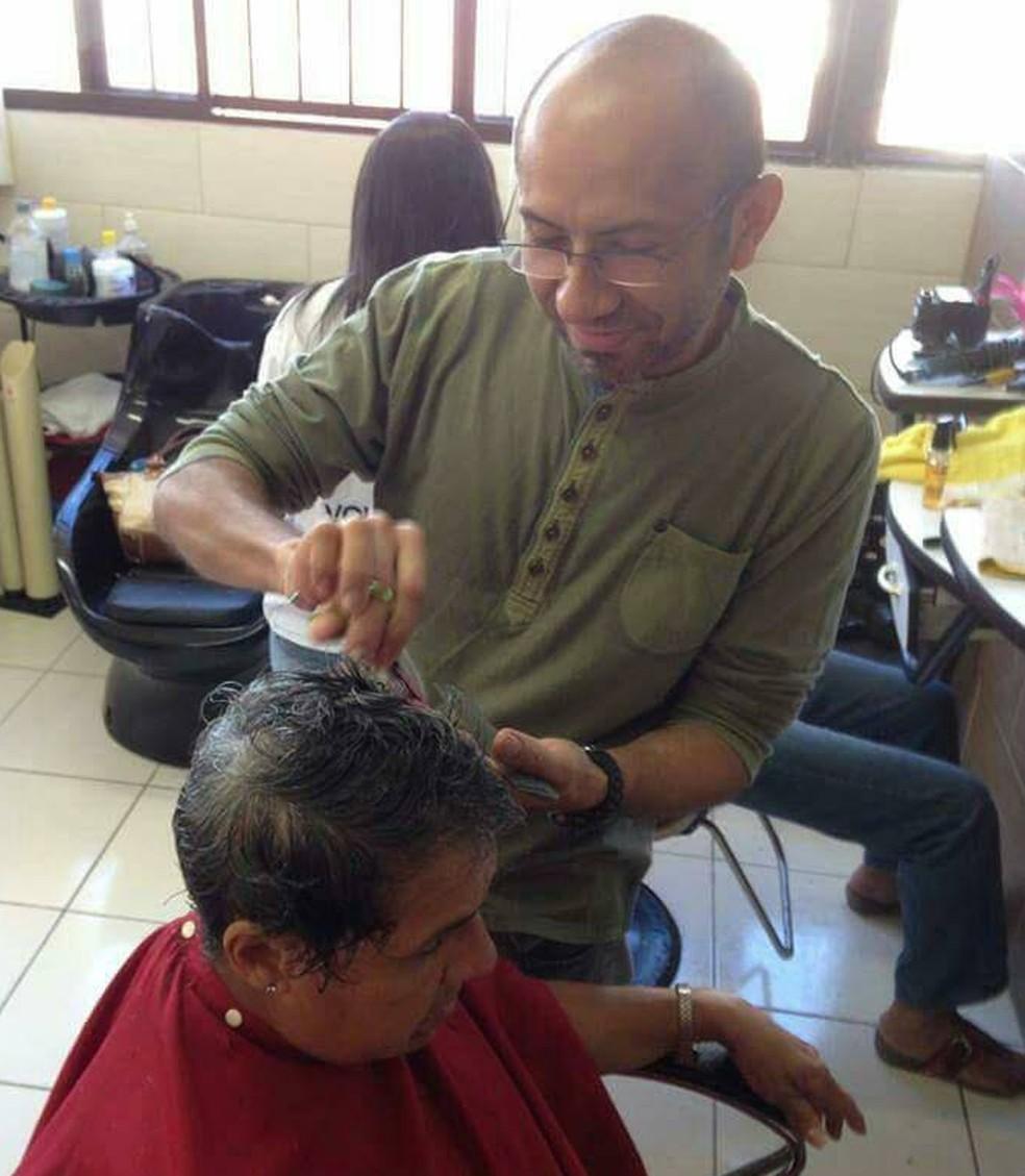 Nilson sempre faz cortes de cabelo em trabalhos comunitários (Foto: Alessandra Carvalho/Arquivo Pessoal)