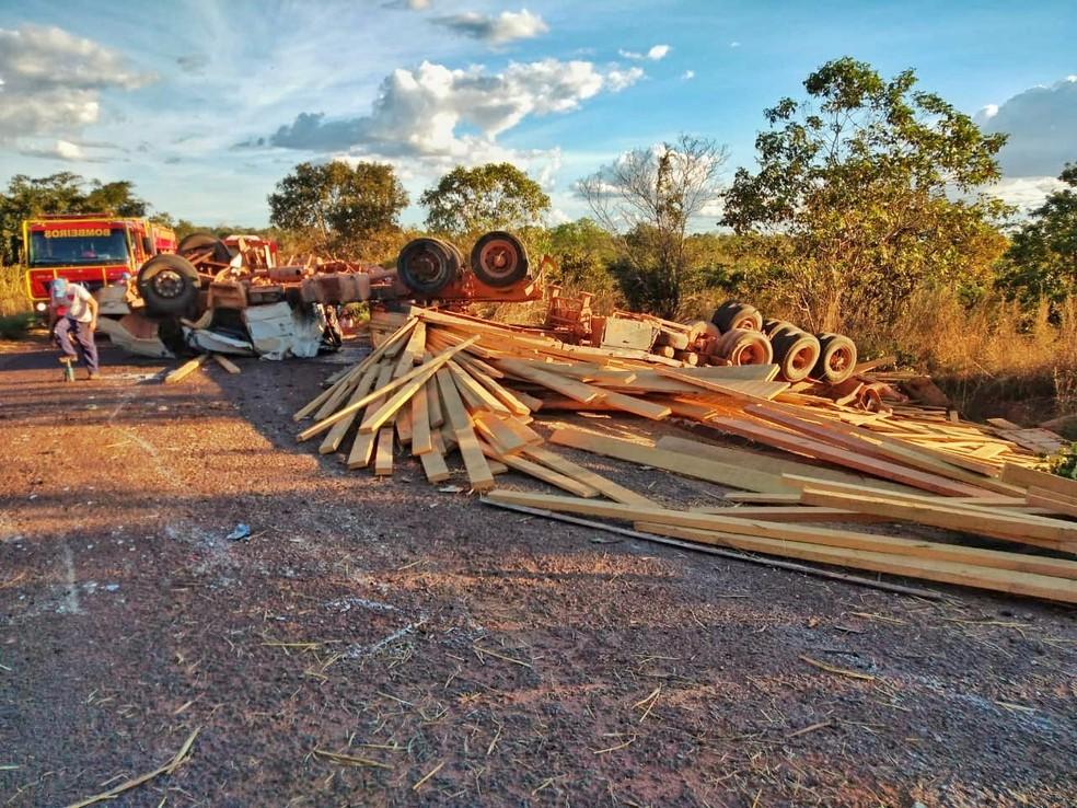 Caminhão carregado de madeira tombou na pista — Foto: Divulgação/Corpo de Bombeiros