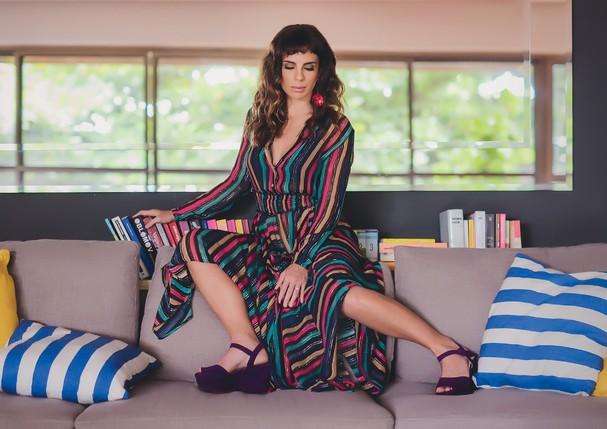 Vestido Eva, usado com brincos e sandálias, ambos Prada.  (Foto: Fernando Schlaepfer)