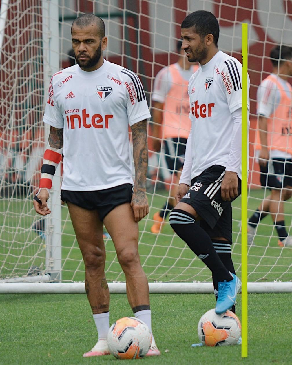 Daniel Alves e Rojas no treino desta sexta-feira — Foto: Erico Leonan / saopaulofc.net