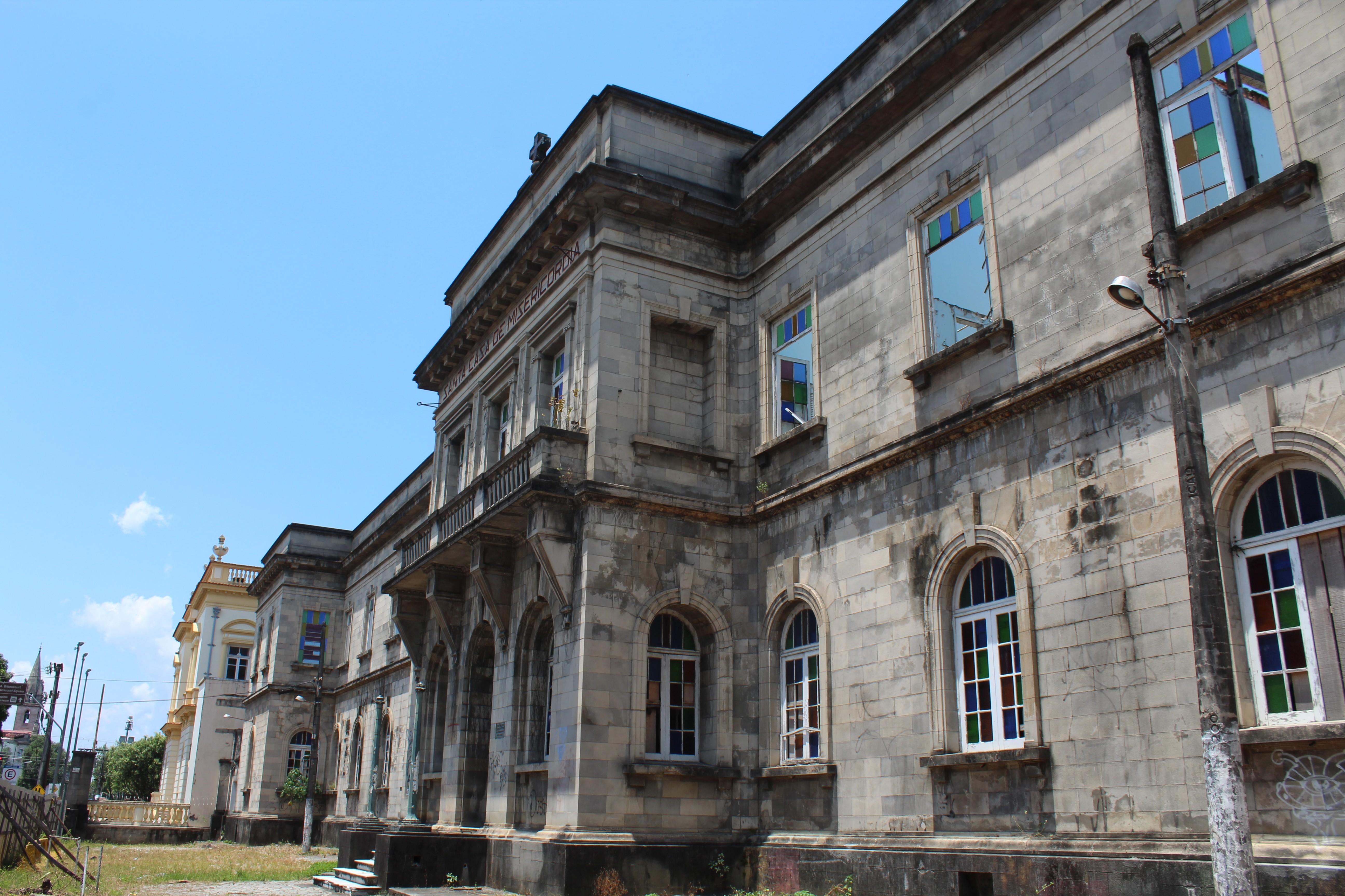 Sem perspectiva, prédio da Santa Casa de Manaus segue em ruínas e já rende multa de quase R$ 8 milhões à Prefeitura