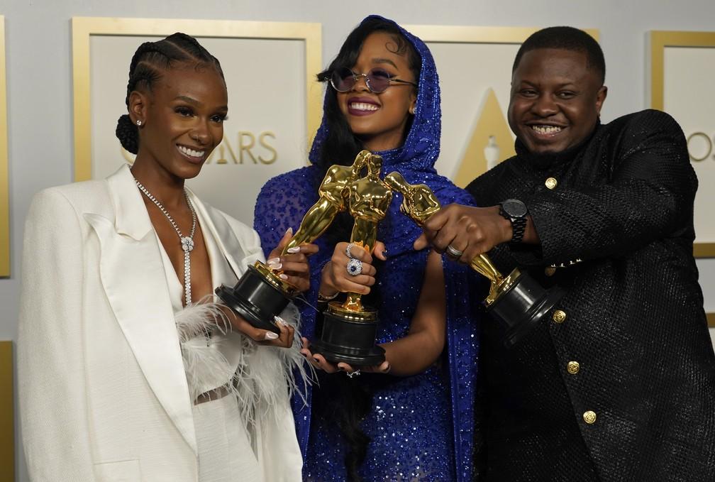 """Tiara Thomas, H.E.R. e Dernst Emile II levam Oscar de melhor canção original por """"Fight For You"""", no filme de """"Judas e o Messias Negro"""" — Foto: AP Photo/Chris Pizzello"""