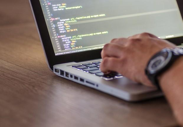 Pessoa programando em um latptop (Foto: Pexels)