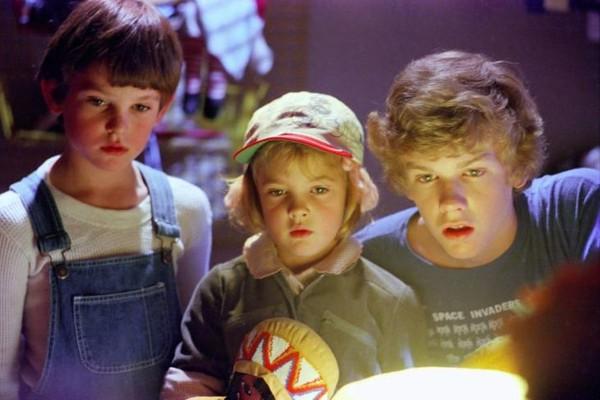 A atriz Drew Barrymore em cena de E.T. (1982) (Foto: Reprodução)