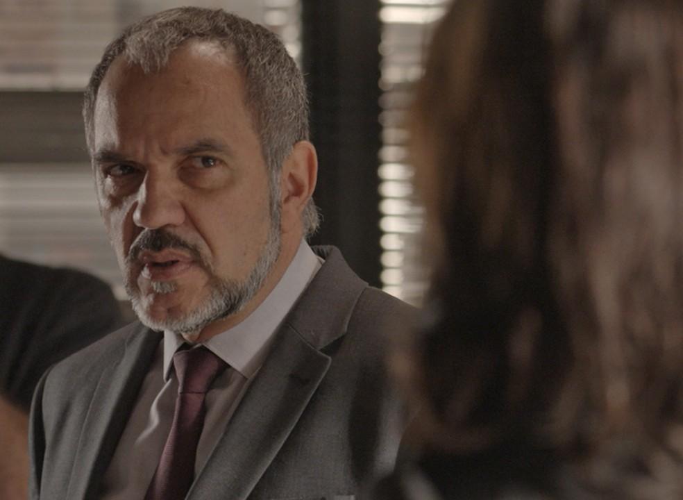 Germano (Humberto Martins) vai tirar satisfação com Carolina (Juliana Paes) — Foto: TV Globo