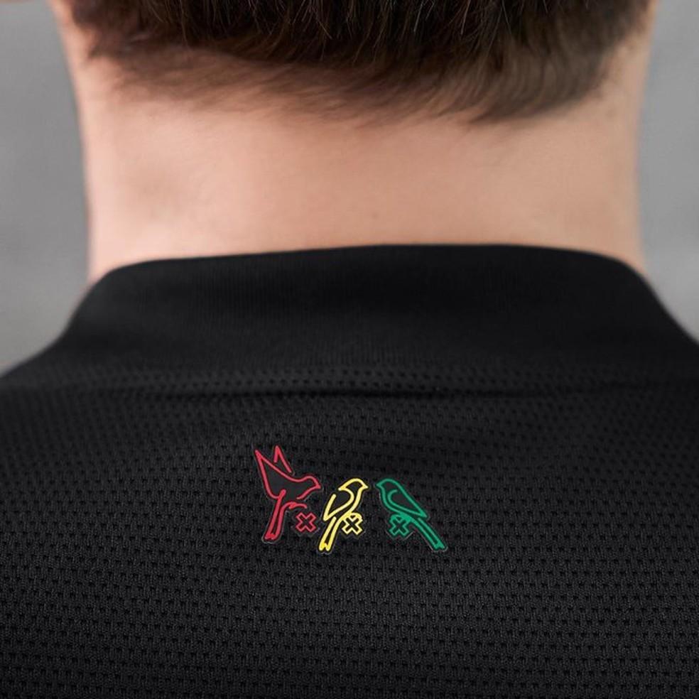 """Referência à música """"Three little birds"""" está na parte de trás da camisa  — Foto: Divulgação/Ajax"""