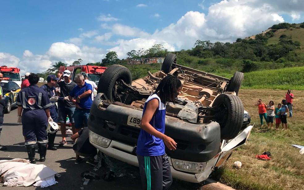 Sete pessoas ficam gravemente feridas após van capotar (Foto: Divulgação/Graer)