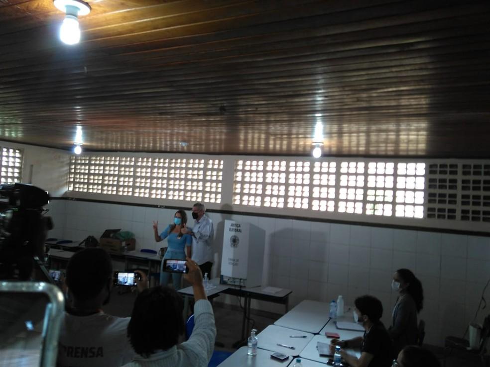 O candidato a prefeito de Vitória da Conquista, Hérzem Gusmão votou por volta das 10h20 — Foto: Edson Nunes/TV Sudoeste