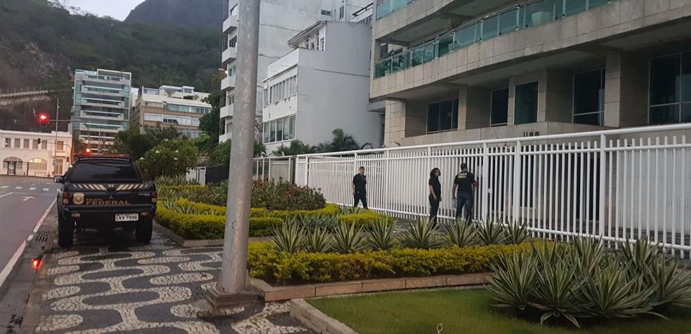 Agentes chegaram no prédio de Fernando Cavendish pouco antes das 6h. (Foto: Pedro Neville / GloboNews)