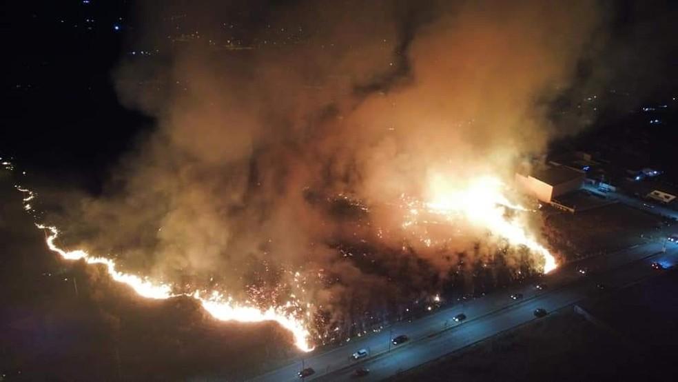 Incêndio atingiu área extensa próxima à Avenida Cristino Manoel de Miranda, em Porangaba — Foto: Arquivo pessoal