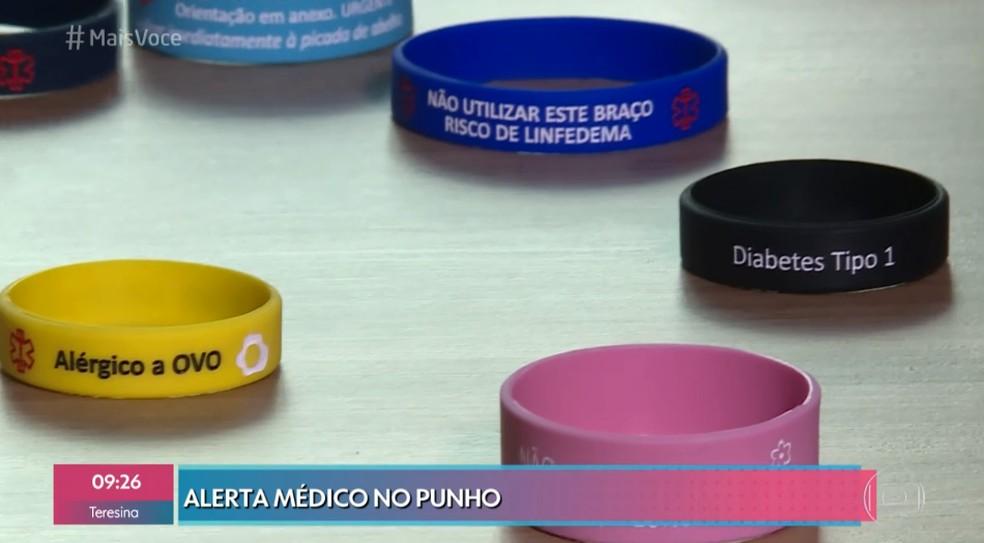 Pulseiras de silicone registram alerta médico — Foto: TV Globo