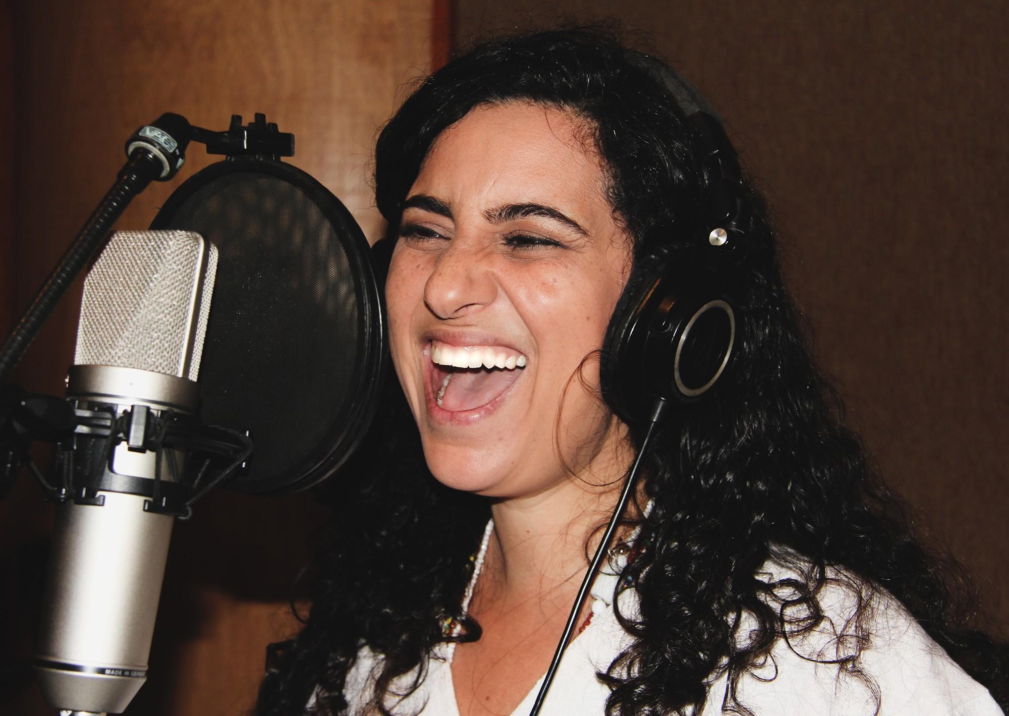 Aline Calixto grava álbum 'Pontinhos de amor' para apresentar os orixás ao público infantil