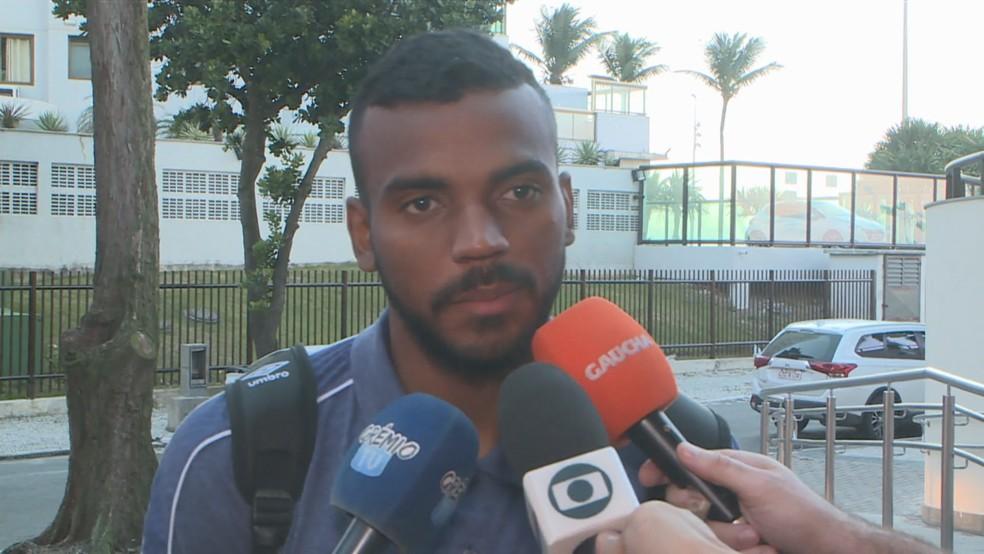 Leonardo Gomes na chegada do Grêmio ao Rio — Foto: Reprodução/SporTV