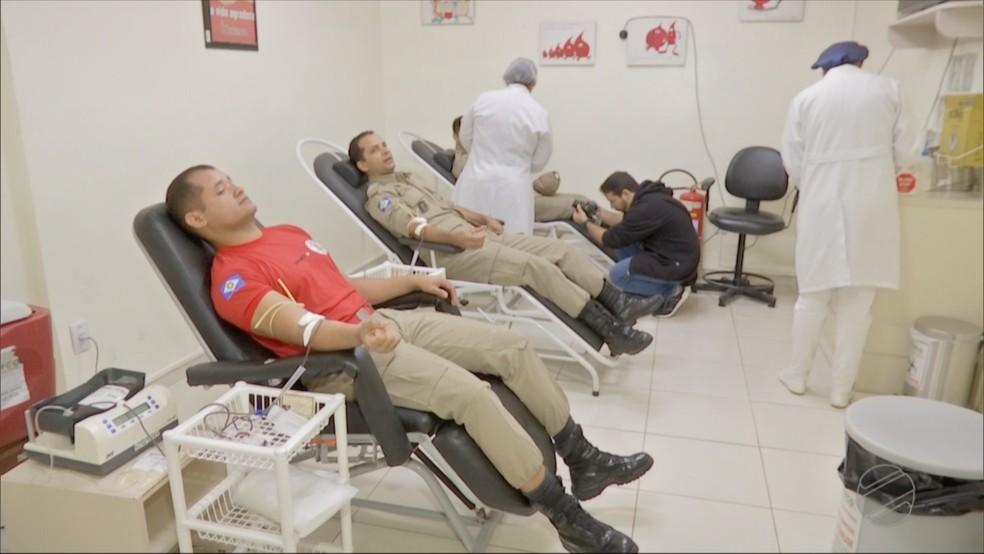 Bombeiros fizeram doação de sangue juntos (Foto: TVCA/ Reprodução)