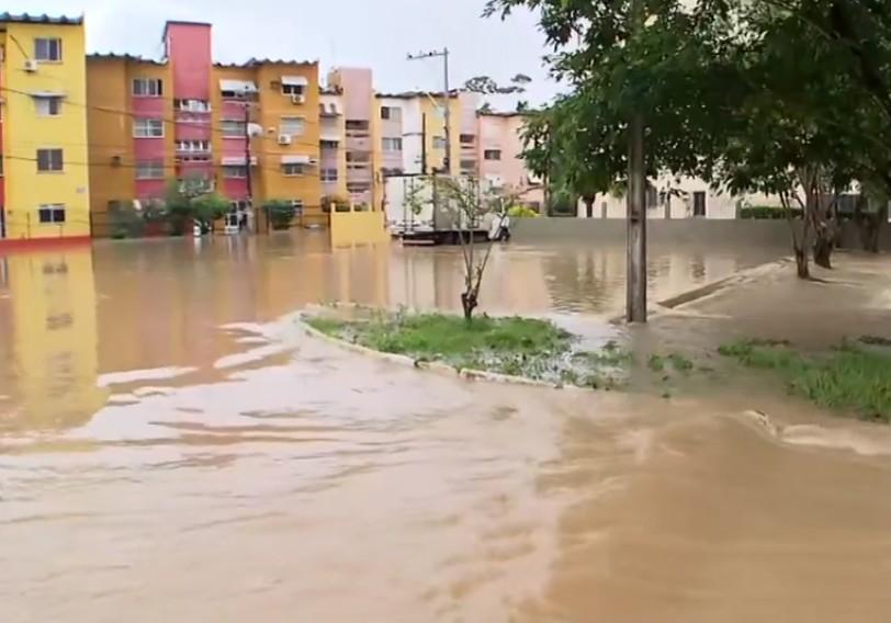 Chuva forte deixa ruas alagadas no Imbuí, em Salvador; confira previsão do tempo e ocorrências