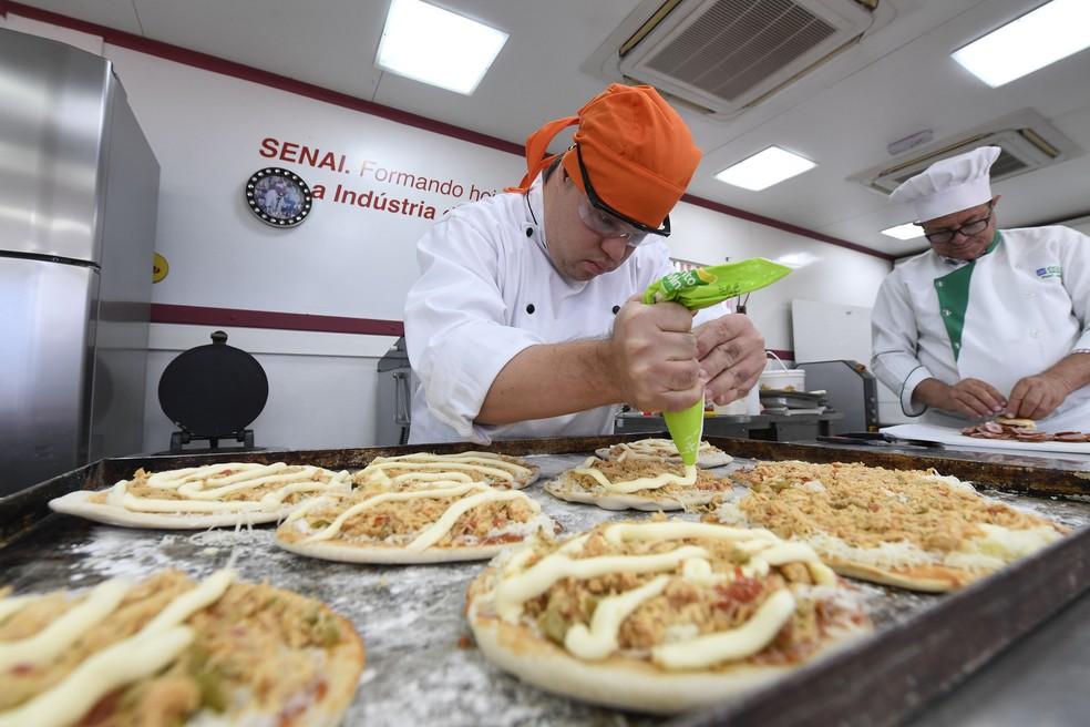 Rodrigo Barbosa, portador de Sindrome de Down, apresenta pizzas feitas durante curso de panificação no DF  (Foto: José Paulo Lacerda/Divulgação)