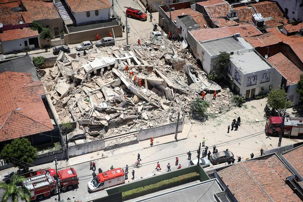 Bombeiros trabalham na busca por sobreviventes nos escombros do prédio que desabou em Fortaleza — Foto: José Leomar/Diário do Nordeste