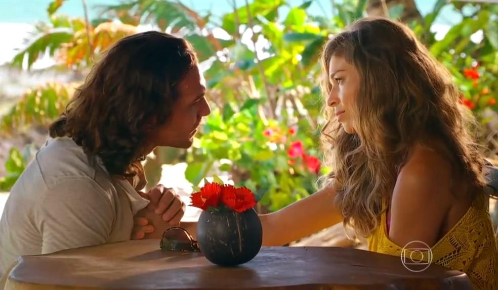 Alberto (Igor Rickli) avisa que não vai desistir de Ester (Grazi Massafera), em 'Flor do Caribe' — Foto: Globo