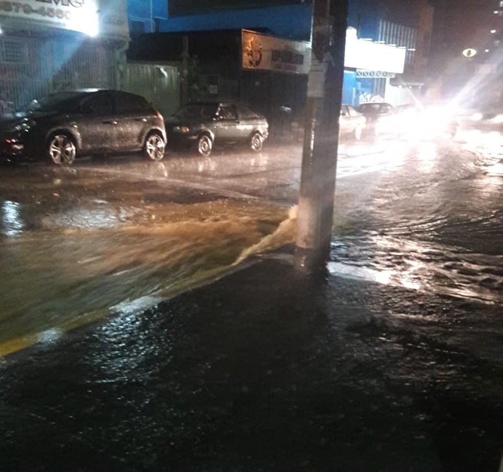 Chuva causou alagamento no Centro de Monte Mor — Foto: André Silveira