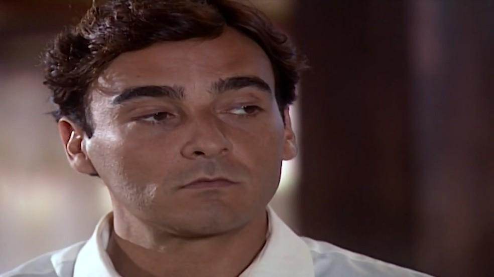 Danilo (Alexandre Borges) exige os direitos dele de ver os filhos, em 'Laços de Família' — Foto: TV Globo
