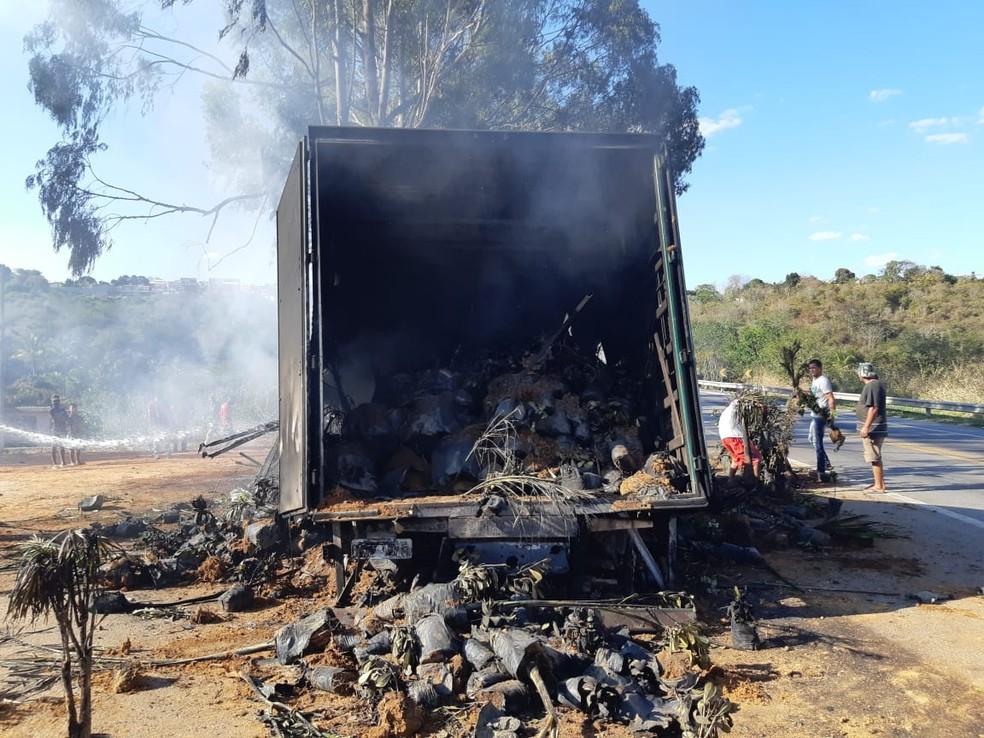 Uma pessoa ficou ferida após caminhão bater em carreta e pegar fogo na BR-116 — Foto: PRF/ Divulgação
