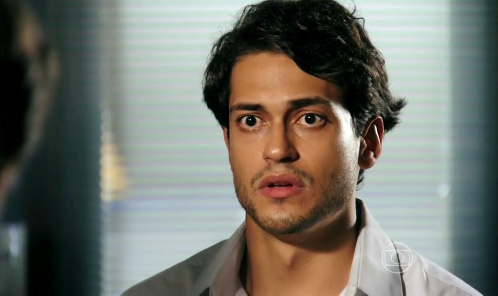 Hélio (Raphael Vianna) conta a verdade sobre crime cometido a mando de Dionísio (Sérgio Mamberti) - 'Flor do Caribe' — Foto: Globo