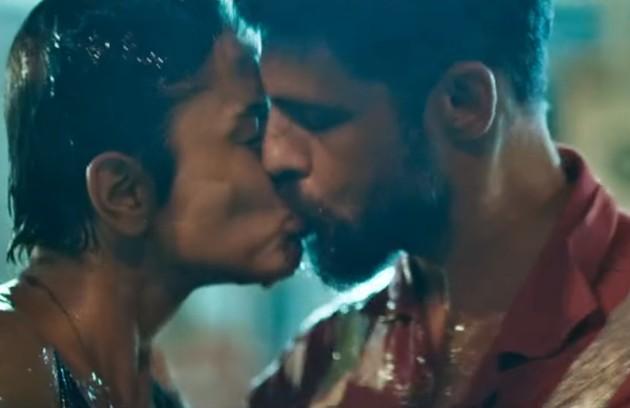 Sujos de óleo, Dante (Cauã Reymond) e Júlia (Maria Casadevall) se beijaram depois de uma operação para conter um vazamento em 'Ilha de ferro' (Foto: TV Globo)