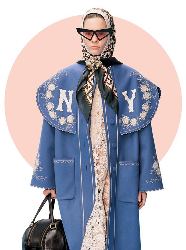 Headscarf + broche no desfile de inverno 2018 da Gucci (Foto: .)
