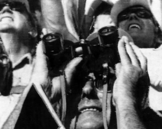 Espectadores do lançamento acompanham a ascensão do Saturn V, na Flórida