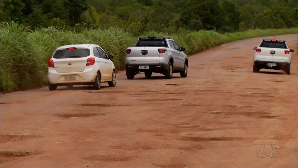 Trecho de rodovia está tomado por buracos  (Foto: TV Anhanguera/Reprodução )