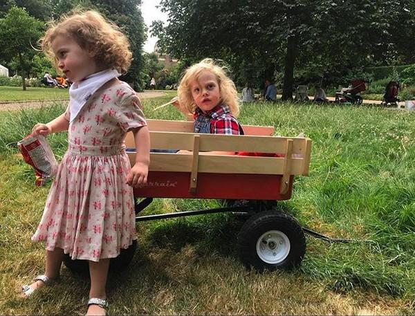 Os filhos caçulas da atriz Liv Tyler (Foto: Instagram)