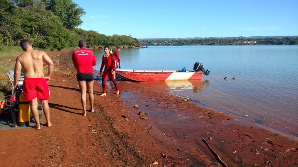 Bombeiros buscando por militar no Lago Paranoá — Foto: Divulgação/Corpo de Bombeiros