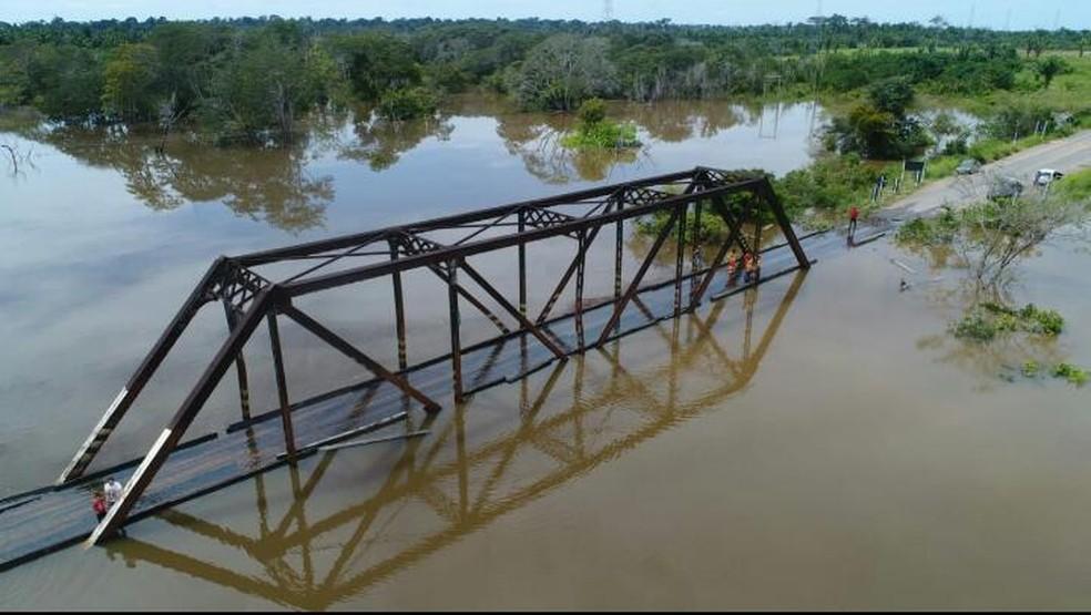 Ponte foi atingida pelo transbordamento do rio Araras — Foto: WhatsApp/Reprodução