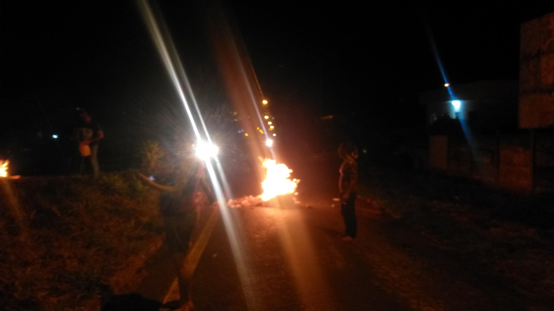 Moradores protestam em trecho com frequentes acidentes na BR-494, em Oliveira