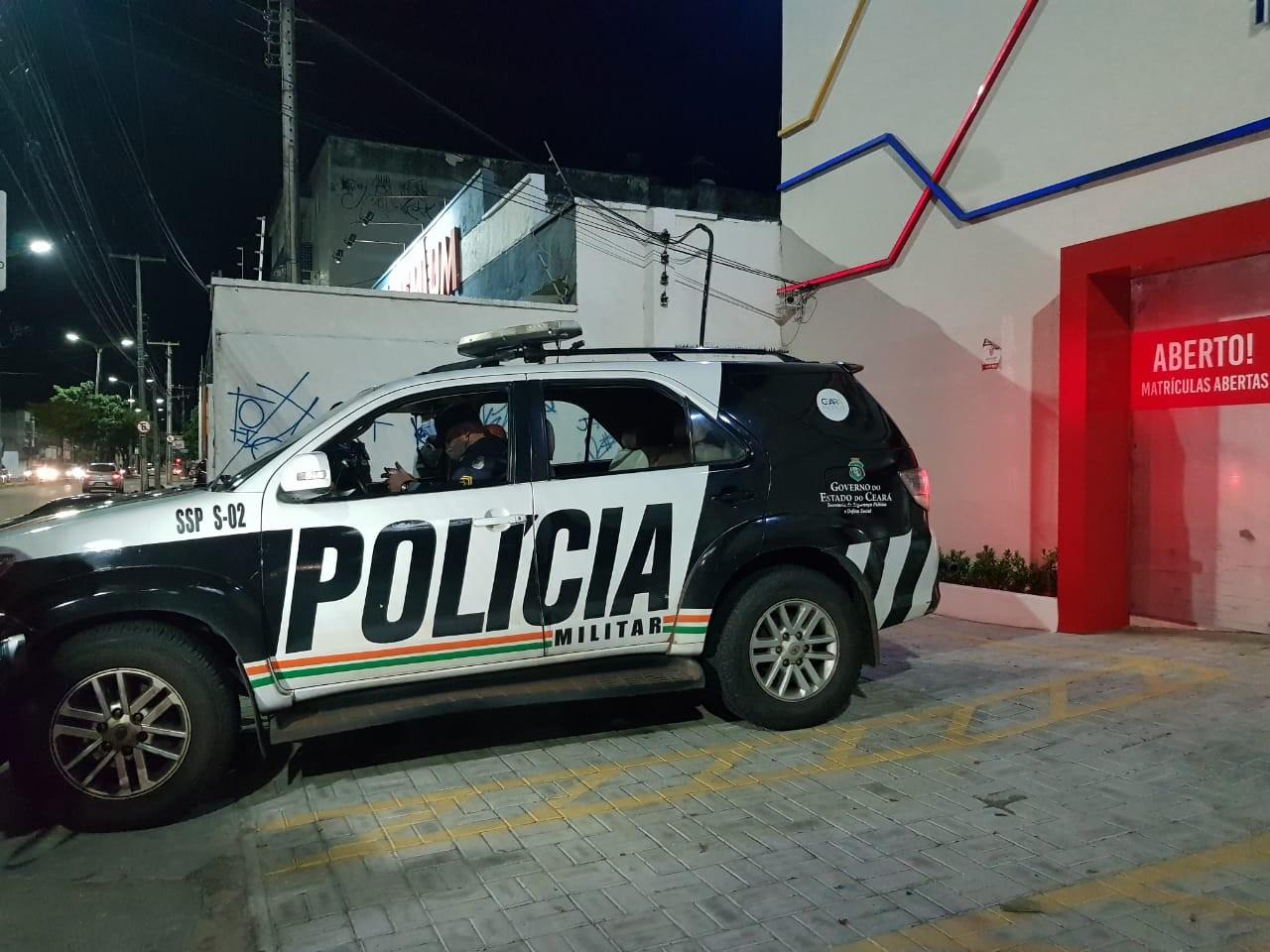 Escola de idiomas é invadida por grupo de criminosos; alunos e professores são assaltados, em Fortaleza
