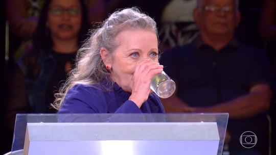 Participante do 'Milionário' brinca sobre copo com água e pede bebida igual a de Luciano Huck