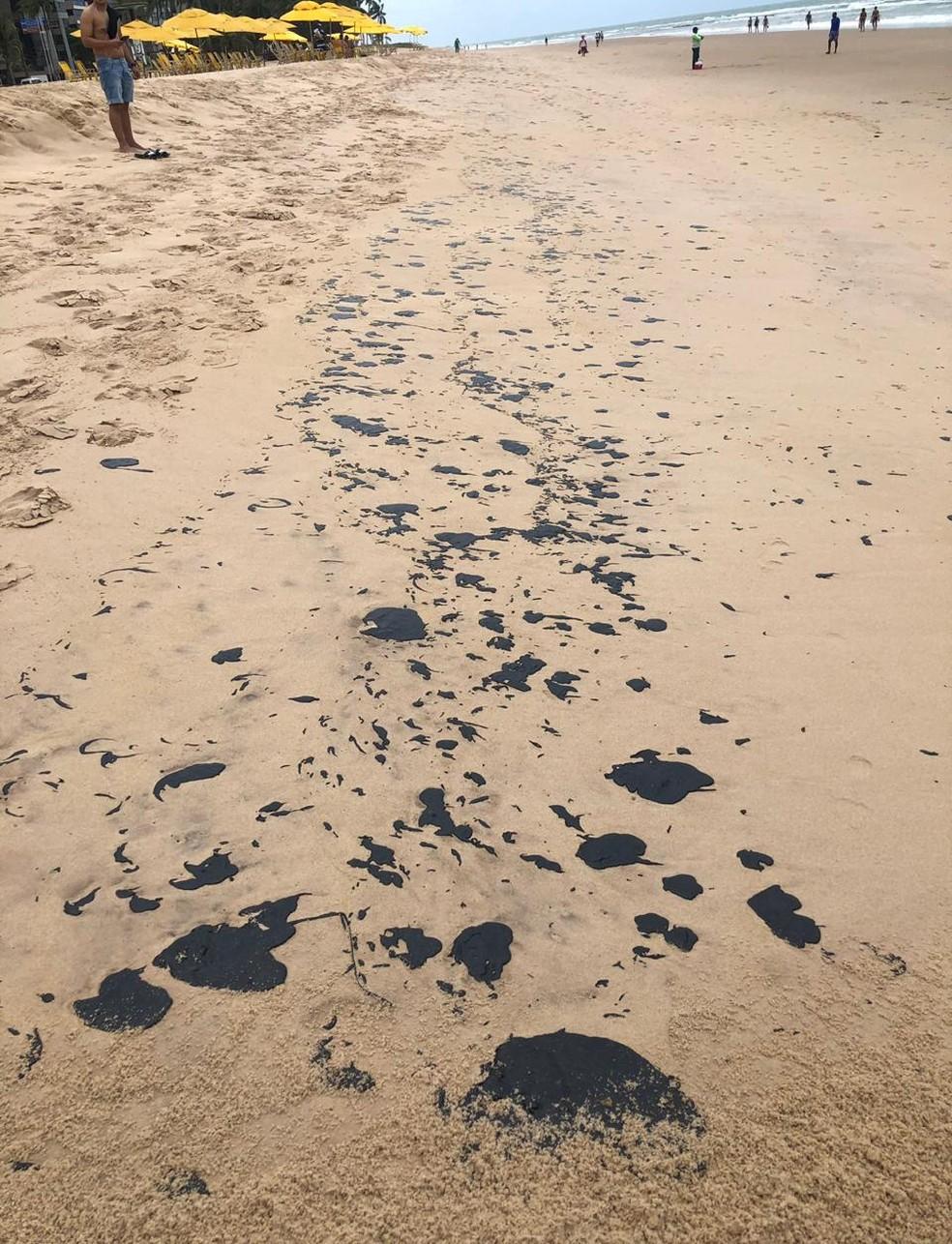 Manchas escuras apareceram na praia de Boa Viagem no início de setembro — Foto: Reprodução/WhatsApp