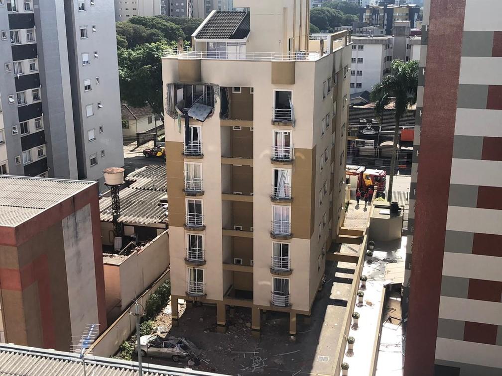 A explosão no prédio de apartamentos no bairro Água Verde deixou ao menos quatro pessoas feridas — Foto: Amanda Menezes/RPC