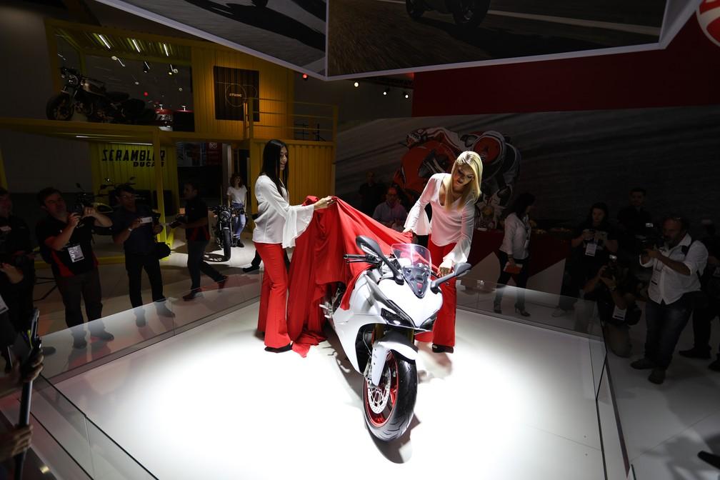 Ducati SuperSport S no Salão Duas Rodas 2017, em opção branca  (Foto: Fábio Tito/G1)