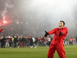 Olympiacos tira o Milan da Liga Europa e torcida invade campo (REUTERS/Costas Baltas)