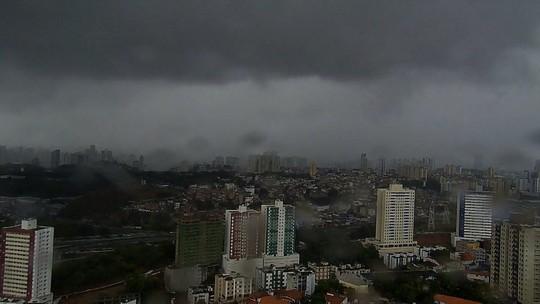 Chuva deixa pontos de alagamento; vídeo mostra nuvem 'gigante'