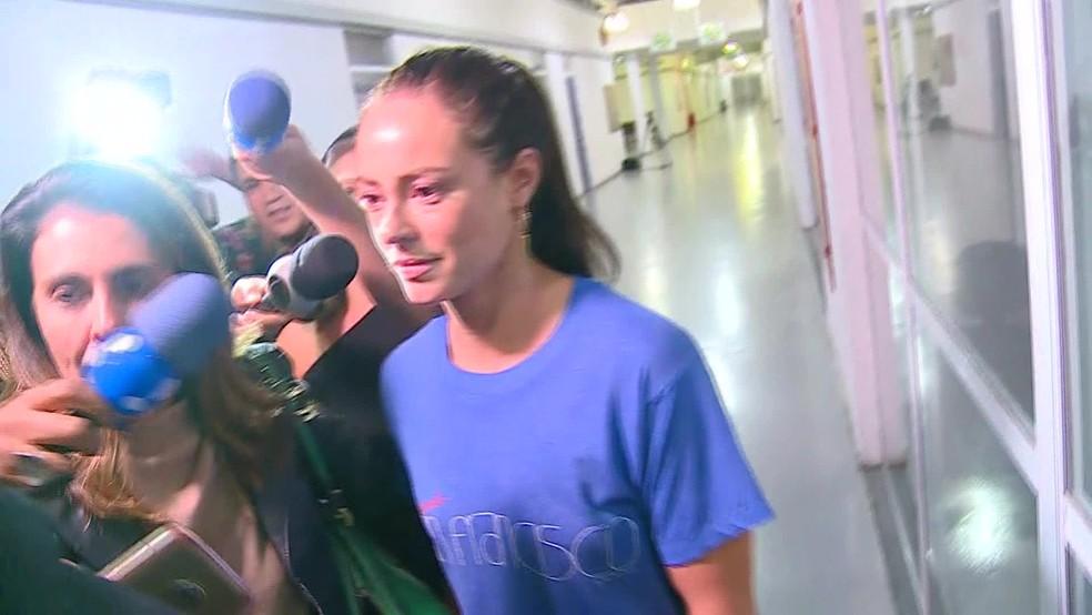 Paola Oliveira deixa a DRCI, na Cidade da Polícia — Foto: Reprodução/TV Globo