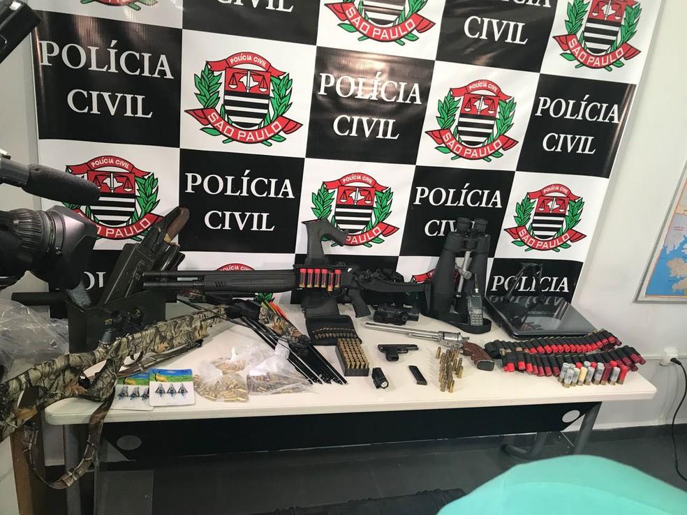Armas e demais objetos apreendidos pela polícia durante Operação Salazar (Foto: Glauco Araújo/G1)