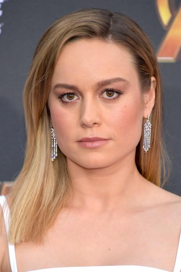 Os brincos de Brie Larson complementaram o longo minimalista branco escolhido pela atriz. (Foto: Getty Images)