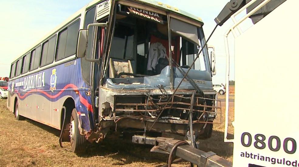 Frente do ônibus ficou destruída ao bater com furgão na Rodovia Carlos Tonani, em Barrinha, SP — Foto: Valdinei Malaguti/EPTV