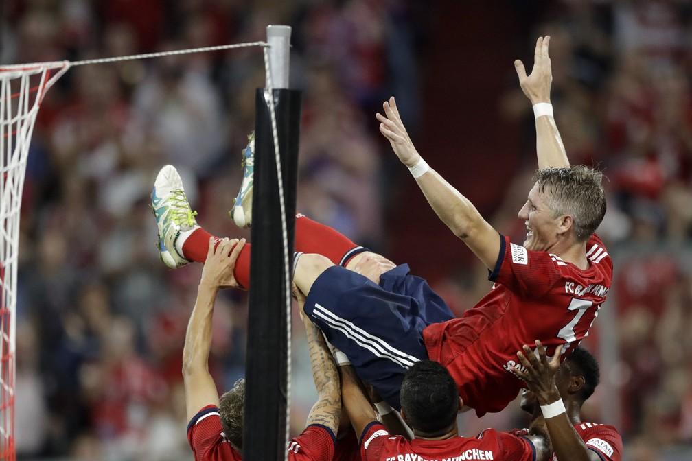 Alemão foi jogado para o alto após o gol marcado no segundo tempo (Foto: AP )