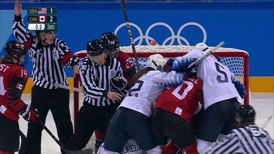 Americanas e canadenses brigam em partida de hóquei na Olimpíada de Inverno
