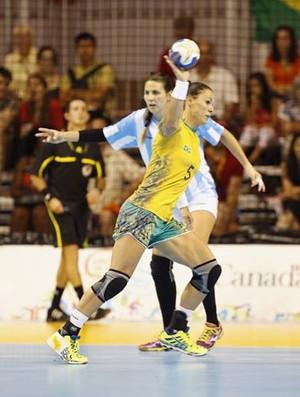 Dani Piedade em ação contra a Argentina no handebol (Foto: Cinara Piccolo/Photo&grafia)